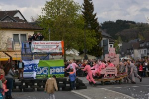 K800_Schubkarrenrennen Morsbach_26.04.2015_037FotoHJSchuh